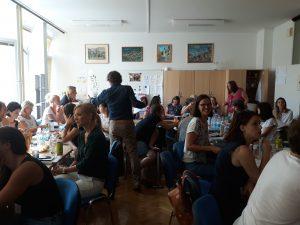 Udeleženci izobraževanja med delom – debato v skupinah.