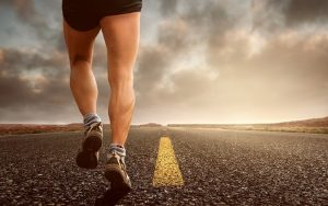 Tekač v kratkih hlačah teče po asfaltni cesti. Levo in desno ravnina in pesek. Vir fotografije: https://www.t3tech.si/trendi/novica/tako-blizu-in-tako-dalec, 27. 02. 2020